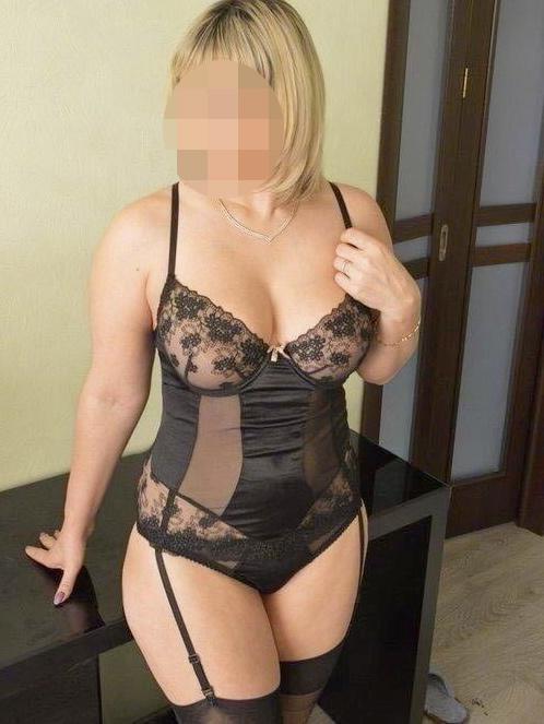 Femme mature en lingerie noire