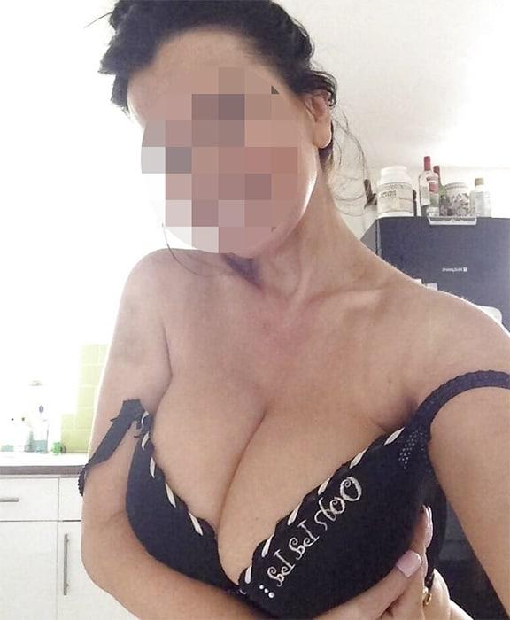 Cougar à gros seins en haut noir